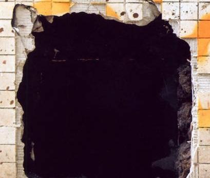 Стена камеры С-1-███ после нарушенияSCP-1226 условий содержания