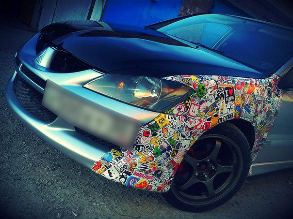 Автомобиль Пожитнова. На фото видно, какчасть автомобиля покрыта стикерами.Подобные украшательства автомобилейвстречались и у прошлых жертв SCP-1235