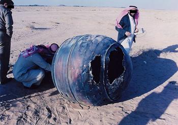 Сотрудники в Саудовской Аравииизымают остатки SCP-2002 с места падения