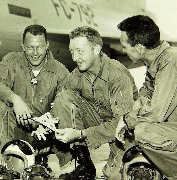 Экипаж SCP-2556 перед взлётом. Слева направо: капитан Роджер Ханикатт, младший лейтенант Джеймс Иловски, капитан Родни Эйвен.|width=300px