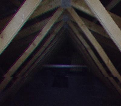 Изображение, предположительно, внутренней части чердака дома Ли, обнаруженное на их семейной видеокамере. Определение даты не представляется возможным.|width=300px