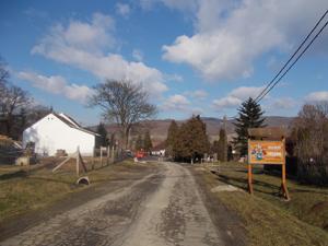 Въезд в деревню███, _место дислокации SCP-2815.