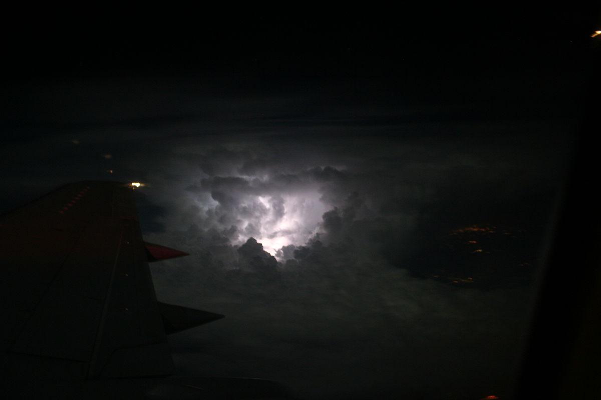 Удар молнии, вызвавший появление экземпляра SCP-3920. Фотография сделана с [http://scpfoundation.net/scp-3730 самолёта-разведчика САН-14].|