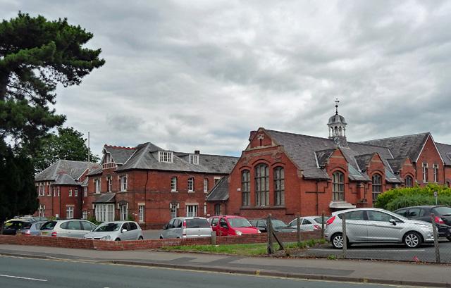 Фотография здания, в котором находится SCP-4096, сделанная незадолго до постановки объекта на содержание.