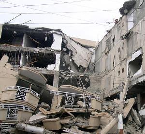 Разрушенные здания Эверда на территории Зоны 21 после попытки направить БПЛА к E-9056a7, экземпляру SCP-4800-A.