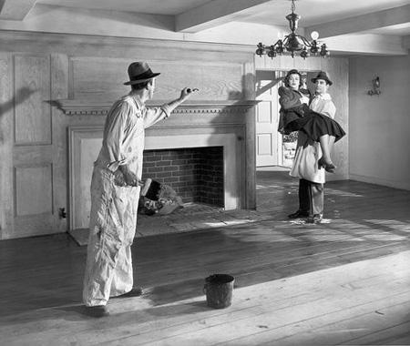 """Кадр из фильма 1927 года """"Колледж"""",в главной роли Бастер Китон. Вскорепосле этого кадра Китон бросает ведрона двух других актёров, обливая их чёрнойвязкой жидкостью. Затем он падает, рыдая,и [ДАННЫЕ УДАЛЕНЫ]."""